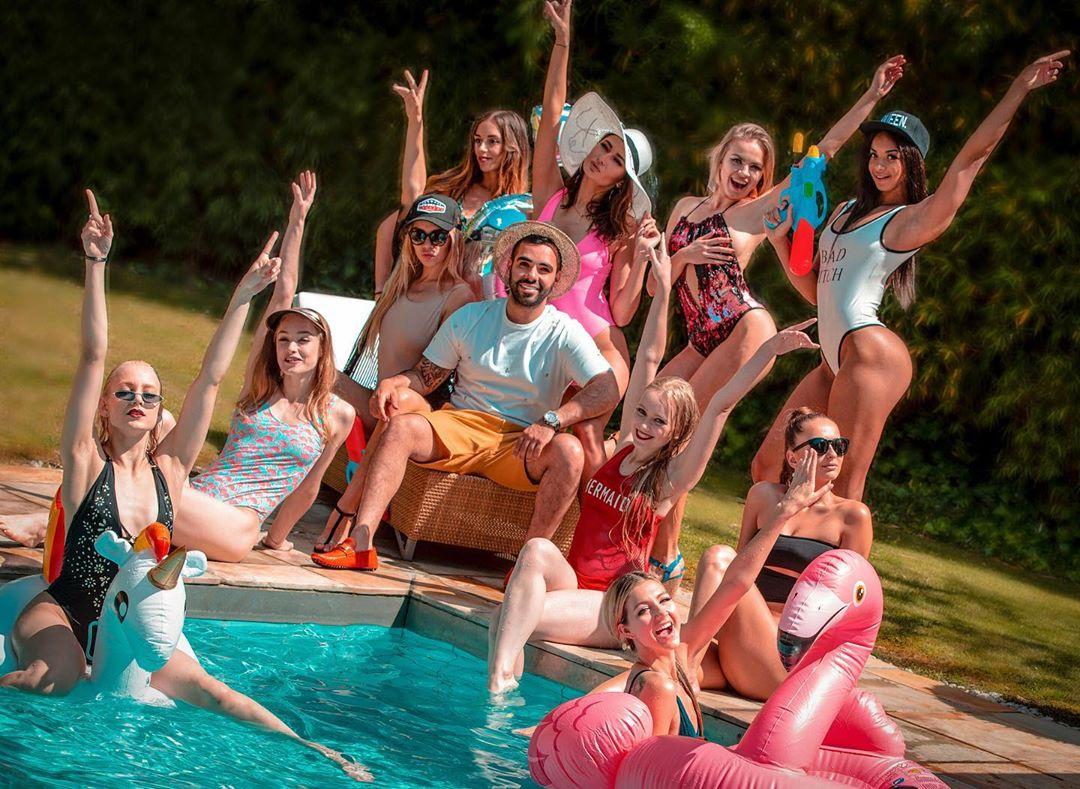 ساشا سبحانی و چند دختر در استخر